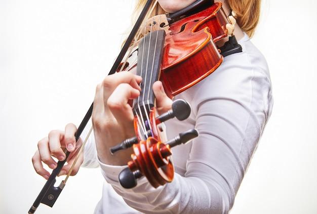 Mulher tocando violino em branco Foto Premium