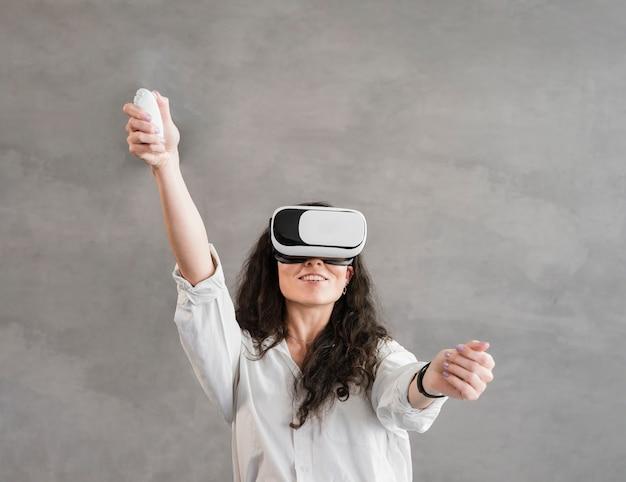 Mulher tocando vr em uma moderna sala minimalista Foto gratuita