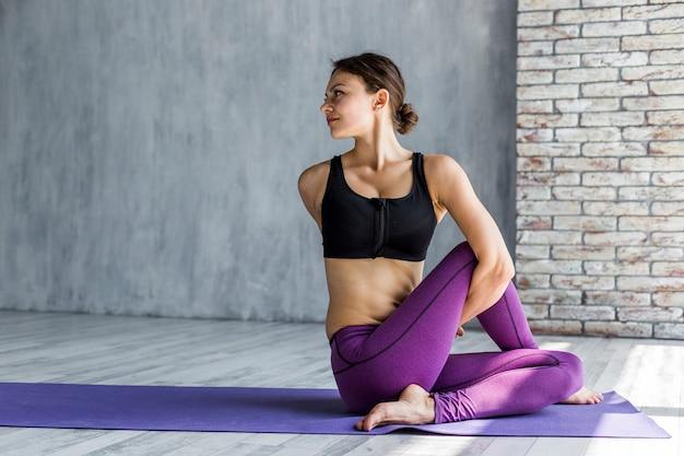 Mulher, torcer, mesma, durante, dela, ioga, sessão Foto gratuita