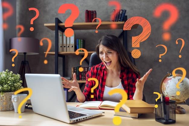 Mulher trabalha no smartworking, trabalha em casa e tem muitas perguntas Foto Premium