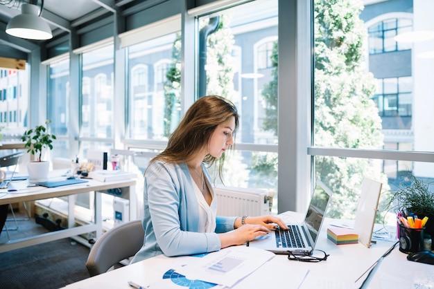 Mulher trabalhando com laptop Foto gratuita