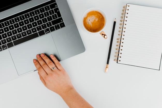 Mulher, trabalhando, computador Foto gratuita