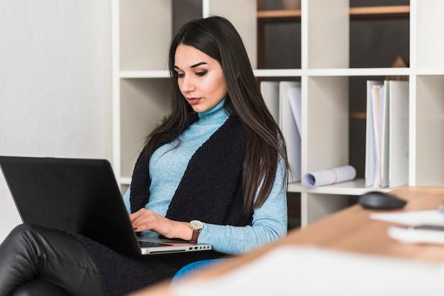 Mulher trabalhando em laptop no escrit rio baixar fotos for Follando en la oficina gratis