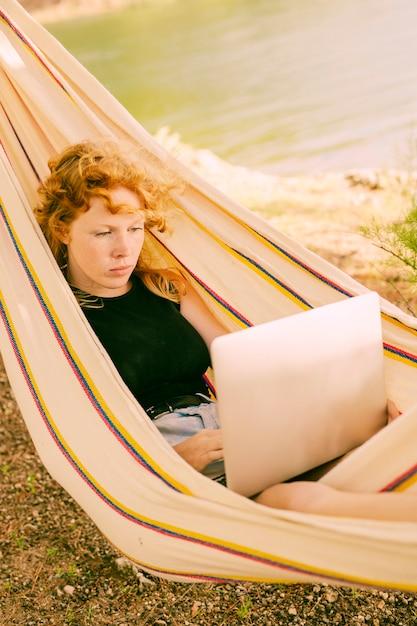 Mulher, trabalhando, laptop, em, rede Foto gratuita