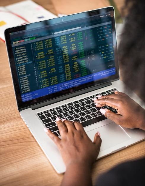 Mulher, trabalhando, laptop Foto gratuita
