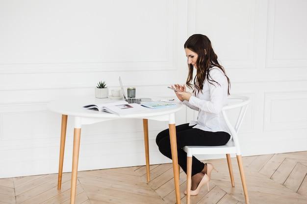 Mulher trabalhando no laptop Foto Premium