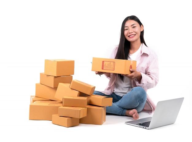 Mulher trabalhando vender online Foto Premium