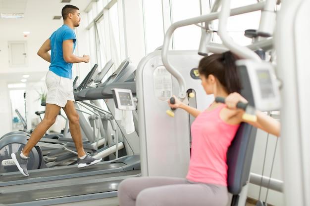 Mulher, treinamento, em, ginásio Foto Premium