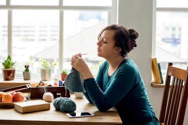 Mulher, tricotando, artesanato, passatempo, caseiro Foto gratuita
