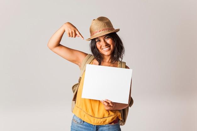 Mulher turística apontando para o papel Foto gratuita