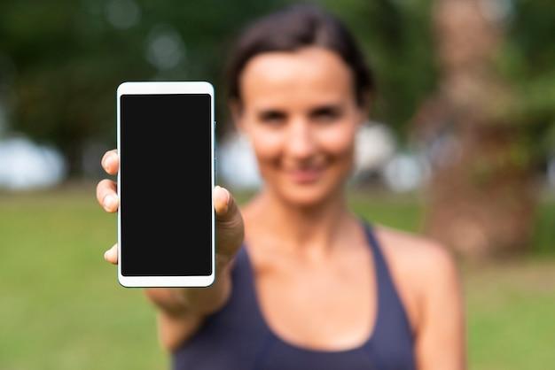 Mulher turva com maquete de smartphone Foto gratuita