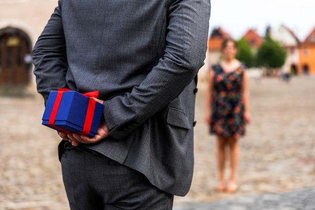 Mulher turva e um presente para ela Foto gratuita