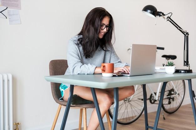 Mulher, usando computador, laptop Foto Premium