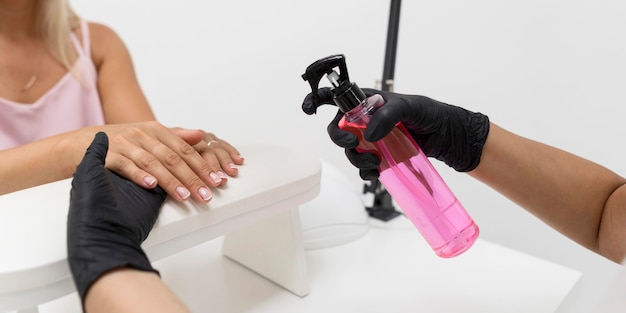Mulher usando desinfetante para as mãos Foto gratuita