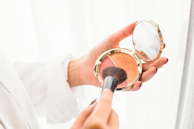 Mulher, usando, escova pó Foto gratuita
