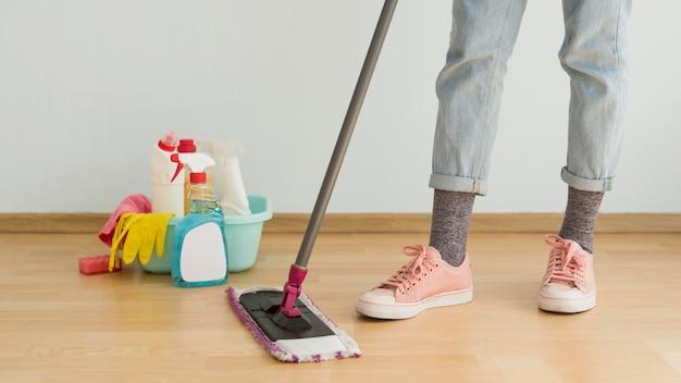 Mulher usando esfregona para limpar o chão Foto Premium