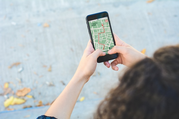Mulher usando o aplicativo de navegação gps mapa com rota planejada Foto Premium
