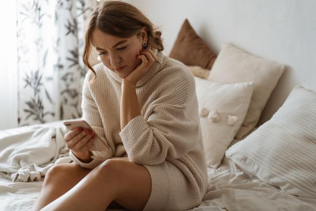 Mulher usando o telefone. estilo de vida confortável. conceito de tecnologia. Foto Premium