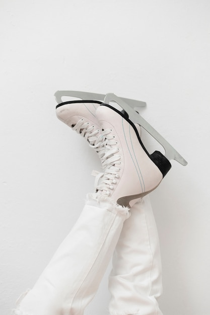 Mulher usando patins de gelo branco Foto gratuita