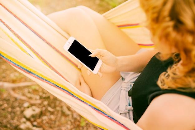 Mulher, usando, smartphone, em, rede Foto gratuita
