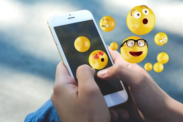 Mulher, usando, smartphone, emojis Foto Premium