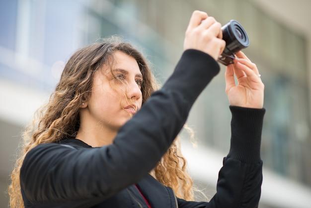 Mulher usando sua câmera mirrorless Foto Premium