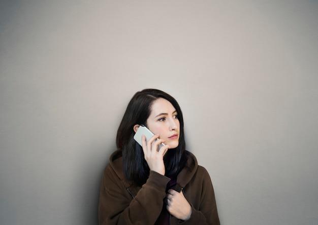 Mulher, usando, telefone móvel, chamando, telecomunicação Foto gratuita