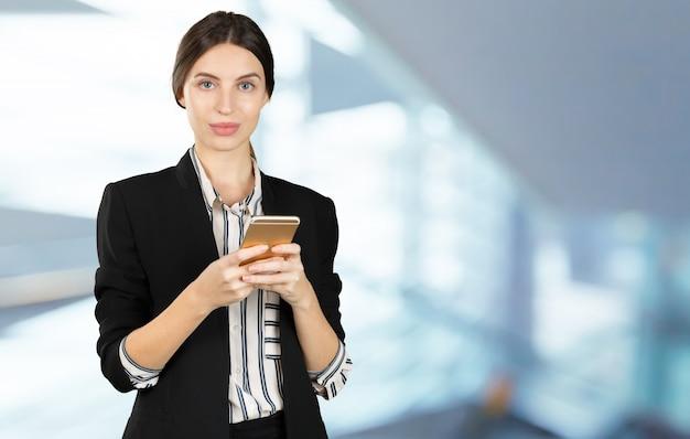Mulher, usando, telefone móvel Foto Premium