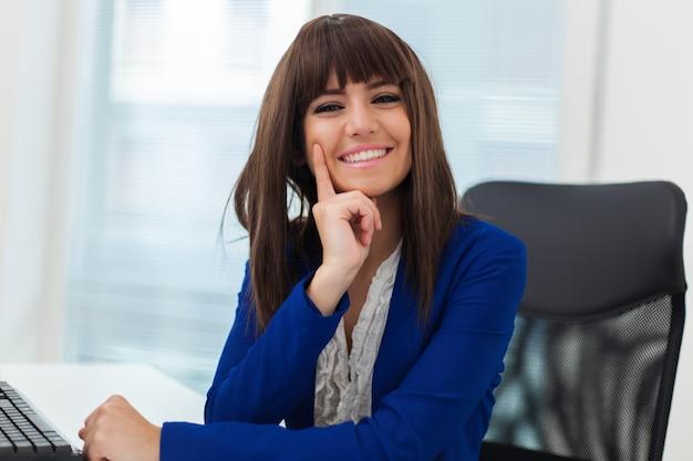 Mulher, usando, um, computador laptop, em, dela, escritório Foto Premium