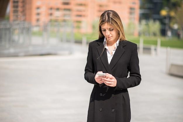 Mulher usando um telefone celular Foto Premium