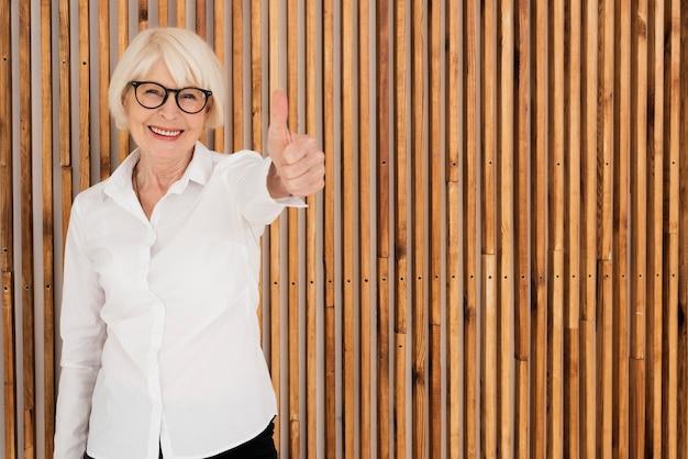 Mulher velha feliz com óculos Foto gratuita
