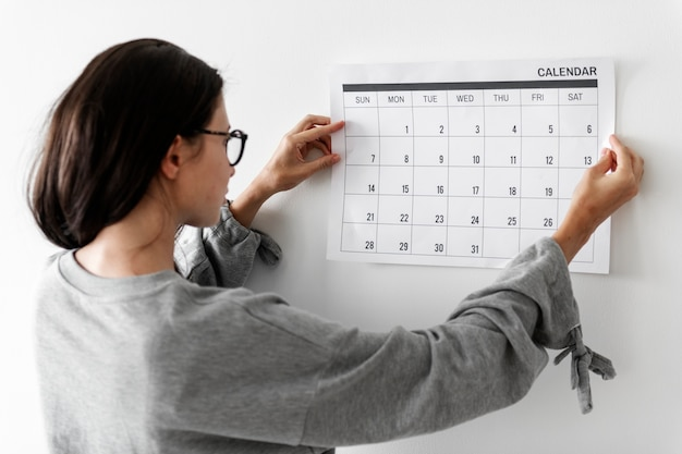 Mulher, verificar, a, calendário Foto gratuita