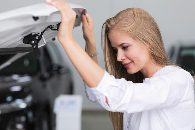Mulher, verificar, a, motor, de, dela, car Foto gratuita