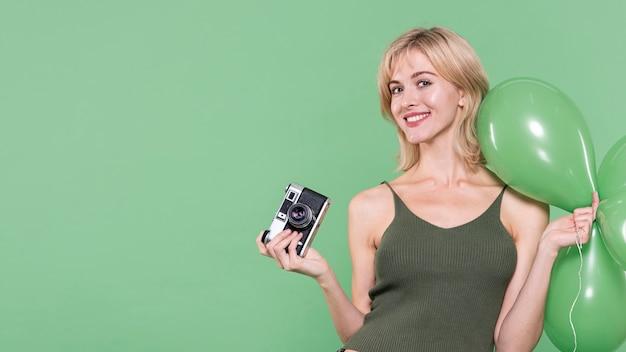 Mulher vestida casual, posando em fundo verde Foto gratuita