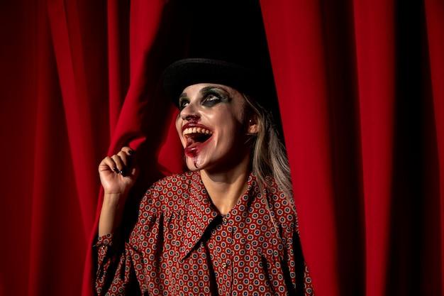 Mulher vestida como um palhaço louco ri Foto gratuita