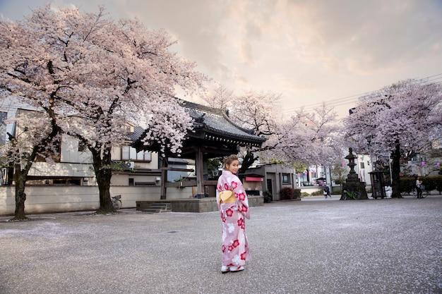 Mulher, vestido, em, tradicional, traje japonês, em, a, fushimi-inari, santuário, kyoto, japão Foto Premium