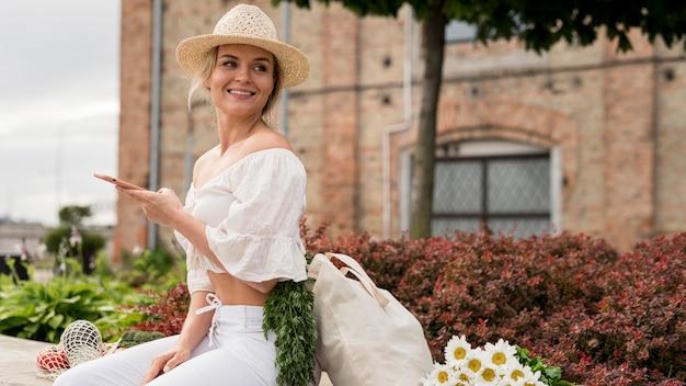 Mulher vestindo branco olhando para longe Foto gratuita