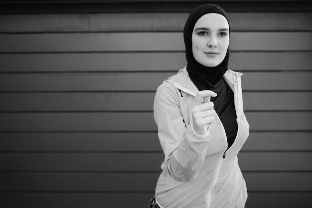 Mulher vestindo hijab com espaço de cópia Foto gratuita