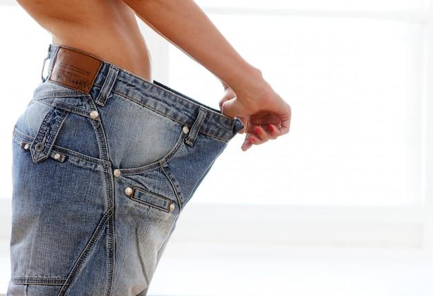 Mulher vestindo jeans após perda de peso Foto gratuita