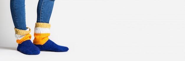 Mulher vestindo meias coloridas Foto Premium