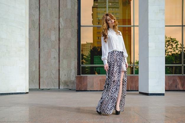 Mulher vestindo roupas da moda de alta Foto gratuita