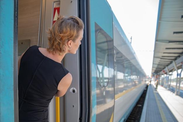 Mulher viajando de trem Foto Premium