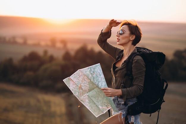 Mulher viajando e usando o mapa Foto gratuita