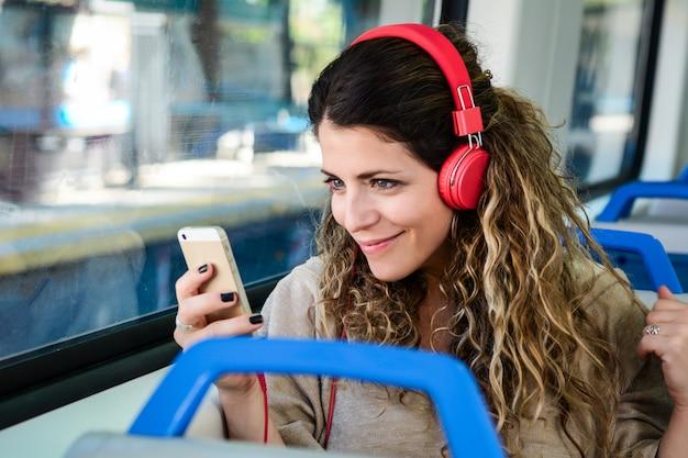 Mulher, viajando, trem, usando, smartphone Foto Premium