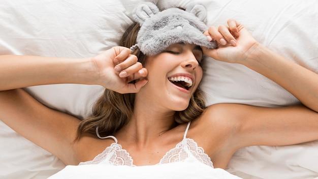 Mulher vista de cima se preparando para dormir Foto gratuita