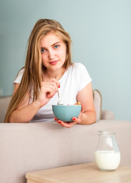 Mulher vista frontal, segurando, tigela cereal Foto gratuita