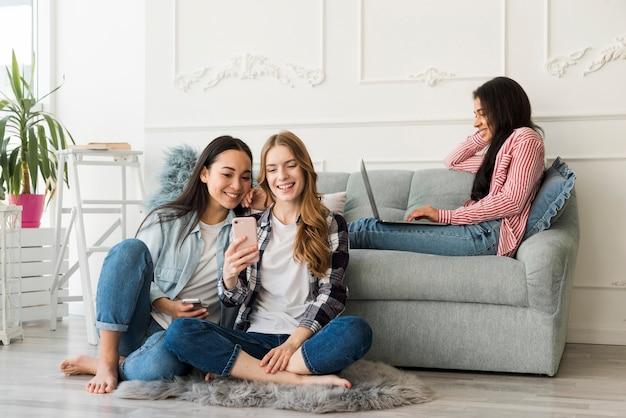 Mulheres a passar tempo juntos trabalhando no laptop Foto gratuita