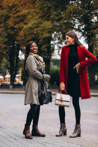 Mulheres afro-americanas e caucasianas na rua Foto gratuita