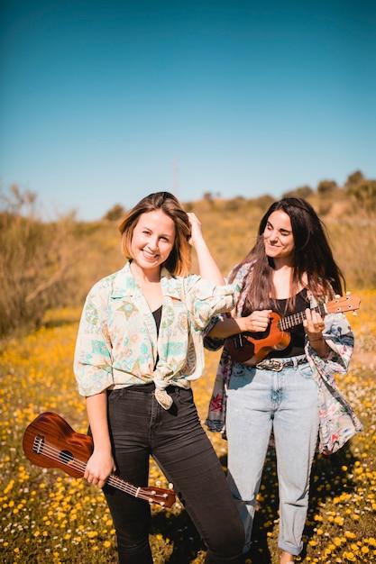 Mulheres alegres, com, ukuleles, em, campo Foto gratuita