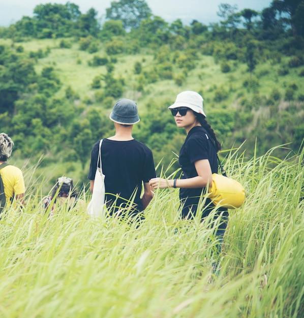 Mulheres asiáticas, caminhando, para, a, selvagem, floresta tropical Foto Premium
